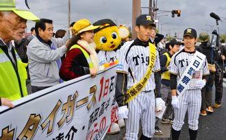 子どもたちと飲酒運転防止を呼び掛ける(右から)緒方外野手と西田内野手、マスコットキャラクターのキー太=うるま市石川赤崎