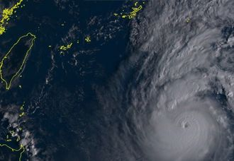 10月2日午前8時の台風18号(ひまわり8号リアルタイムWebから)
