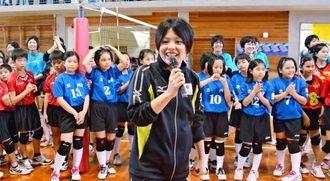 バレーボール教室で子どもたちと触れ合う久光製薬の座安琴希=西原南小学校体育館