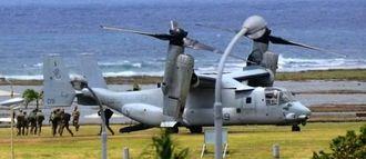 トリイ通信施設に着陸したオスプレイから、降りてくる兵士たち=29日午後0時35分ごろ