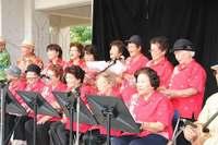 ももクロもびっくり? 平均84歳「読谷ばあちゃん合唱団Z」沖縄に参上