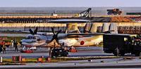 那覇空港で空自機パンク 滑走路1時間40分閉鎖 50便以上に欠航・遅れ