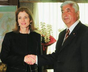 会談し、握手を交わすケネディ駐日米大使(左)と中谷防衛相=23日午後、防衛省