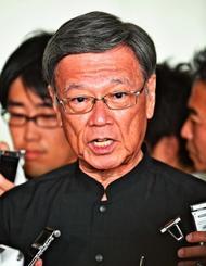 基地負担軽減に対する政府の姿勢を批判する翁長雄志知事=23日午後、那覇空港