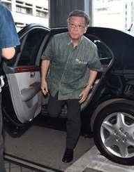 違法確認訴訟の判決を午後に控え登庁する翁長雄志知事=16日午前9時すぎ、沖縄県庁