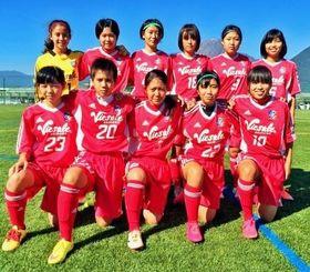 九州女子ユース選手権で準優勝したヴィクサーレ沖縄FCナビィータのメンバー=10月、長崎県(提供)
