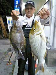 西崎海岸で53.5センチ、1.87キロのタマンと34.5センチのカーエーを釣った大城健一さん=10月12日