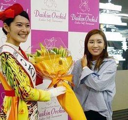 ダイキンオーキッド出場のため、沖縄入りしたイ・ボミ(右)=29日、那覇空港