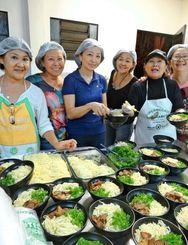 日系テニスクラブの婦人部は大半が沖縄県人。資金造成の集まりで腕を奮って提供するのはやはりそばだった=カンポグランデ市内