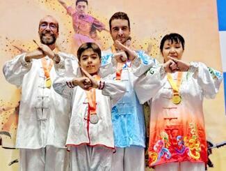 太極拳の国際大会で4つの金メダルを獲得した影山千恵子さん(右端)=韓国済州