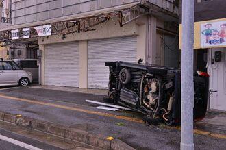 横転した車。風であおられたと見られる=6日午前8時ごろ、宮古島市平良西里