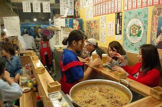 東京の下町を再現した飲食店。地元客と観光客の交流の場にもなっている=那覇市松尾