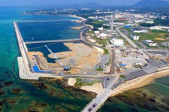 名護市辺野古沿岸部。護岸で囲まれた区域への土砂投入が続いている=2019年5月13日(小型無人機で撮影)