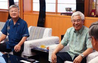 翁長雄志知事に計300万円の寄付を手渡した新光産業の新里正雄社長(左から2人目)と赤嶺偉行専務=県庁