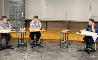 沖縄の経済をテーマに語る島袋晋作記者(中央)とりゅうぎん総合研究所の久高豊専務取締役(左)、案内役のFECオフィス代表・山城智二さん=25日、那覇市・沖縄タイムス社
