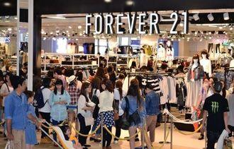 女性を中心に多くの客でにぎわった「フォーエバー21」=25日、北中城村・イオンモール沖縄ライカム