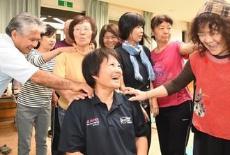 「体幹修正法」でほぐれた肩を確認する講習会参加者=7日、今帰仁村保健センター