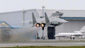 緊急発進で航空自衛隊那覇基地を離陸するF15戦闘機
