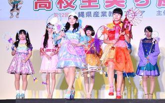 ファッションショーで色鮮やかな衣装を披露する高校生=16日午後、浦添市民体育館
