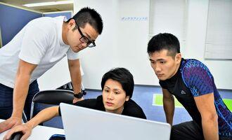 テストレッスンの配信には、(右から)江藤さんのほか、弟の大喜さんと伸悟さんもサポートに入った(小笠原大介東京通信員撮影)