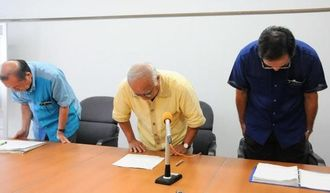 「ごみゼロ宣言」の撤回を謝罪する下地敏彦市長(中央)ら市幹部=24日、宮古島市役所
