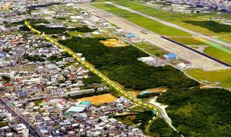 沖縄県宜野湾市の市街地中心部に位置する米軍普天間飛行場。点線付近が先行して返還される区域=5月