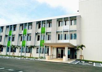 情報通信関連4社が入居する沖縄IT津梁パーク企業集積施設3号棟=うるま市州崎띱