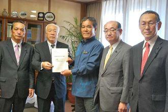 高良副知事(中央)に要望書を手渡した福島県議会の宗方氏(左から2人目)ら福島県議員=27日、県庁