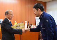 投票実施へ署名提出/元山代表、うるま市長に