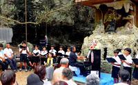 チビチリガマに被爆ピアノ響く 悲劇の地・沖縄読谷 児童ら平和願い合唱