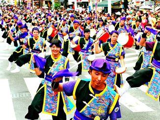 2016年に行われた「1万人のエイサー踊り隊」の様子=那覇市(喜屋武綾菜撮影)