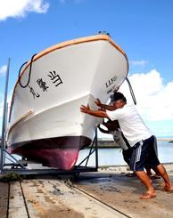 台風8号に備えて船を陸揚げする漁業者=9日、石垣市新栄町・石垣漁港