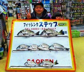 今帰仁海岸で40・5センチ、1・12キロのチヌなどを数釣りした世界釣輪沖縄の安仁屋浩貴さん=2月26日