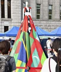 性的少数者への理解を訴えるイベントで展示された、同性愛を犯罪とみなす国々の旗で作ったドレス=14日、ソウル(共同)