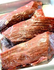 脂が少なく筋肉質な引退闘牛の肉(上間商店提供)