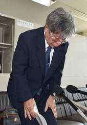 官製談合を認め、謝罪する渡名喜村長の上原昇被告=28日、県庁記者クラブ