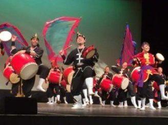 ダイナミックな演奏を披露する琉球國祭り太鼓ロサンゼルス支部のメンバーら=ロサンゼルス近郊レドンド・ビーチ市