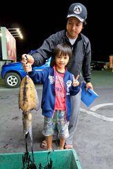 2日、浜比嘉で2・25キロのクブシミを釣った平良祐樹さん(後ろ)