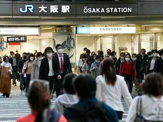 JR大阪駅前をマスク姿で歩く人たち=21日午後