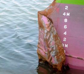 千葉県・犬吠埼沖で衝突した貨物船すみほう丸の損傷した船首下部の突起部分=27日午後、茨城県神栖市