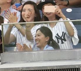 ヤンキース・田中を応援する妻の里田まいさん(手前)=2018年8月、ニューヨーク(共同)