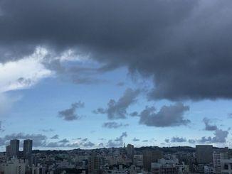 沖縄タイムス本社から首里方面を望む=1日、午後4時