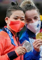 女子48キロ級で準優勝し、メダルを手に笑顔の渡名喜風南(左)=日本武道館