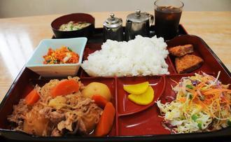 日替わり定食の肉じゃが。沖縄そば、小鉢など2品、飲み物がつく