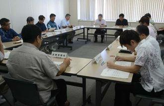 沖縄県災害警戒本部会議で台風12号の状況を確認する職員ら=24日午前10時ごろ、県庁