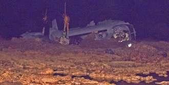 リーフ上に見える、大破したオスプレイ=14日午前0時30分ごろ、沖縄県名護市安部の沖合(伊集竜太郎撮影)