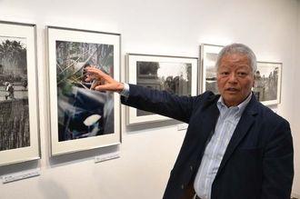 写真展「戦争と平和・ベトナムの50年」で自身が撮った写真を前に当時の様子を語る石川文洋さん=21日、都内の銀座ニコンサロン