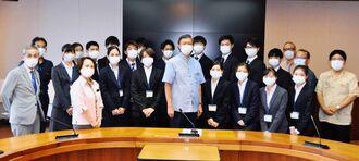 謝花喜一郎副知事を表敬訪問した琉球大医学部の地域枠学生ら=11日、県庁