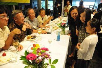 交流会で翁長雄志知事(左から2人目)らと談笑する県系の子どもたち=13日午後、バンクーバー市・カーリングクラブ