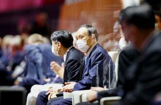 各国選手団の入場行進で拍手する菅首相=23日夜、国立競技場